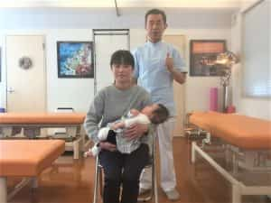 赤ちゃんを抱っこした女性