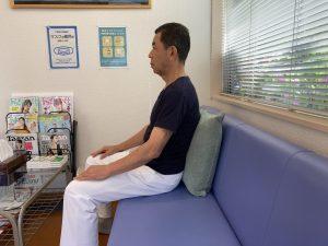 ソファーに座る時は腰と背もたれの間にクッションをはさむ